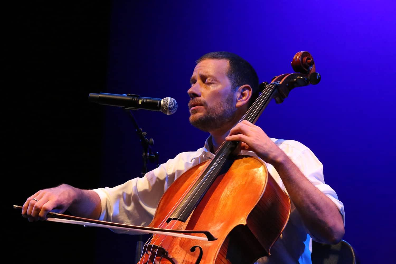 Matthieu Saglio playing & singing